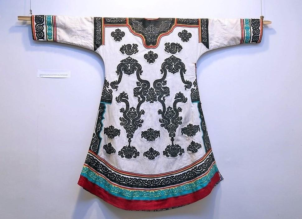 Экспонат выставки – женский нивхский халат. Из фондов музея