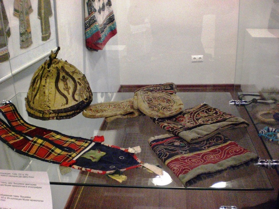 Экспонаты выставки – атрибуты шаманского костюмы (удэгейцы), вышитые рукавицы и ноговицы (нанайцы). Из фондов музея.